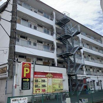 建物の1階にはご飯屋さんが並んでました〜