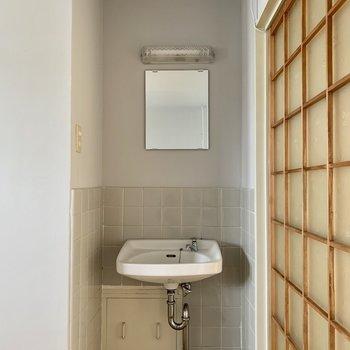 配管がむき出しのシンプルなタイプ(※写真は5階の反転間取り別部屋のものです)