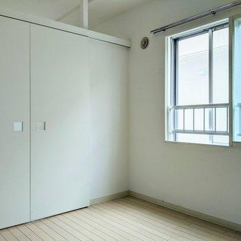 【洋室5帖】こちらの窓は南東向き。優しめの光で癒やされます。