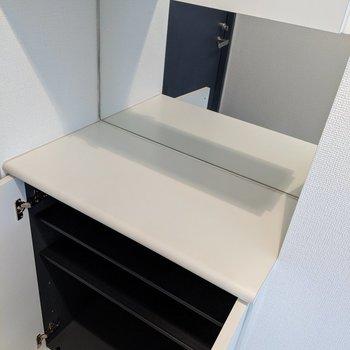 シューズボックスは高さ調整可能。横に4足ほどの幅です。鏡があるので身支度を玄関でどうぞ。