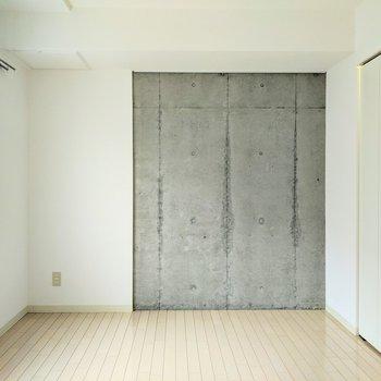 【洋室5帖】少しだけコンクリ壁。こちらにはピクチャーレールあり。