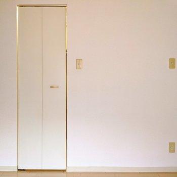 【洋室5帖】こちらの面は、ホワイトで清潔感があります。