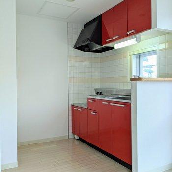 レッドのキッチンはオシャレ。