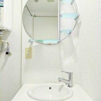 続いて水回り。円形鏡がユニークな洗面台。気分が上がりそう〜。