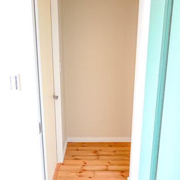 LDKのドアを開けると左手に洋室のドア。(※写真は2階の同間取り別部屋のものです)