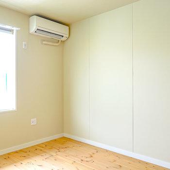 対面側にはテレビやシェルフを並べて置くとお部屋がスッキリして見えます。(※写真は2階の同間取り別部屋のものです)