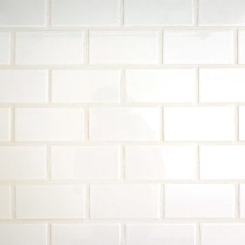 キッチンの壁は黒い目地材で貼られた白いタイル。タイルも本物なので掃除もしやすい◎(※写真は2階の同間取り別部屋のものです)