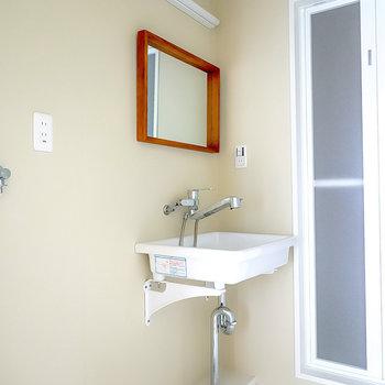 洗面台は壁掛けの鏡にシンクを合わせた、無駄を排したデザイン。(※写真は2階の同間取り別部屋のものです)