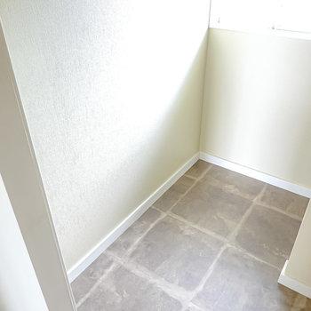 奥にも少しスペースがあるので、追加で収納ケースなどを置くこともできます。(※写真は2階の同間取り別部屋のものです)