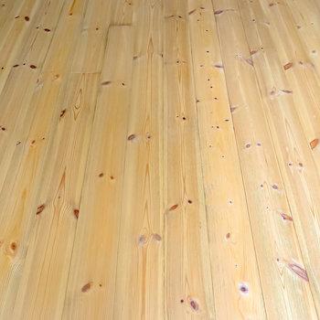 床は無垢の杉材。アンティークの家具も似合う風合いのある床が気持ち良い。(※写真は2階の同間取り別部屋のものです)
