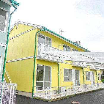 外観も綺麗で鮮やかに手直しされた2階建てのアパート。その2階がお部屋です。