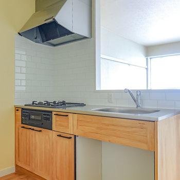壁の向こうには明るい色合いの無垢材を使ったキッチン。木目の表情が美しい。(※写真は2階の同間取り別部屋のものです)