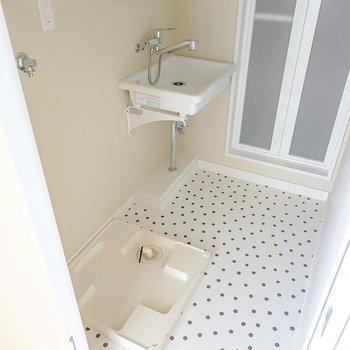 脱衣所に入って左手に洗面台と洗面台、正面奥に浴室。脱衣スペースもたっぷりと。(※写真は2階の同間取り別部屋のものです)