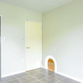 反対側を。床はクッションフロアなので、ラグを敷いて自然感を持たせたい。(※写真は2階の同間取り別部屋のものです)