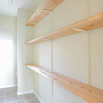 右は棚の高さを変えられるオープンシェルフ。ふたり分の持ち物もしっかり収納してくれそう。(※写真は2階の同間取り別部屋のものです)