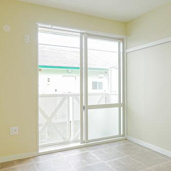 洋室は約7帖とふたりでもゆったり過ごせる広さ。(※写真は2階の同間取り別部屋のものです)