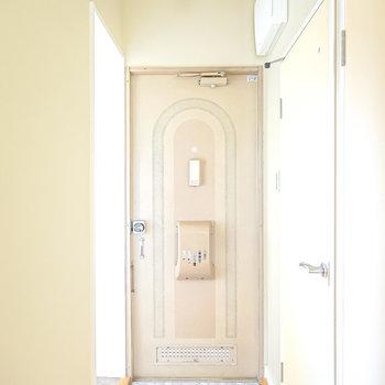 玄関には靴箱が無いので、靴の収納はWICの棚やスペースを活用しましょう。(※写真は2階の同間取り別部屋のものです)
