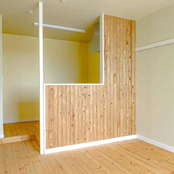 対面式キッチンの壁にも杉材が。モスグリーンのドアも素敵。(※写真は2階の同間取り別部屋のものです)