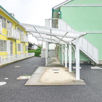 屋根付きの駐輪場もその横に。