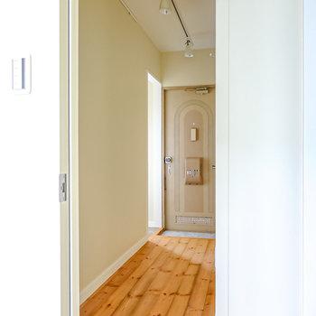 正面を曲がって右手にトイレと脱衣所のドア。(※写真は2階の同間取り別部屋のものです)