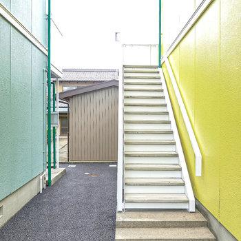 お部屋は2階でアクセスは階段のみ。ゆとりのある構造の階段ですが家具搬入時の採寸は念入りに。