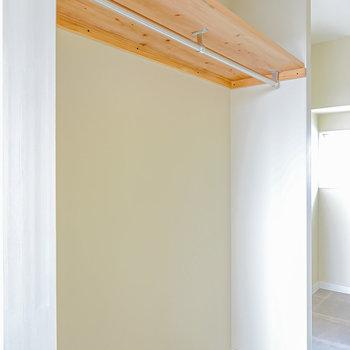 左は2mほどの長さのハンガーパイプのクローゼット。(※写真は2階の同間取り別部屋のものです)
