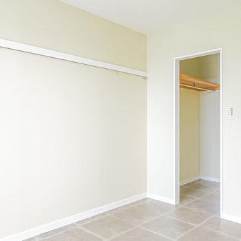 穴がある壁の反対側の壁にはフック付きのピクチャーレール。右手にもスペースがあるようです。(※写真は2階の同間取り別部屋のものです)
