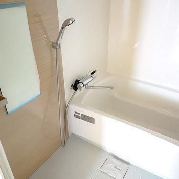 お風呂は嬉しい追い焚き付き。浴室乾燥機も付いていて、雨の日の洗濯物にも困りませんね。(※写真は2階の同間取り別部屋のものです)