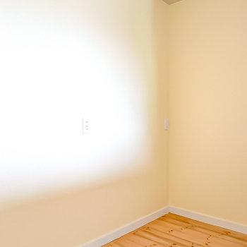 背面側のスペースもたっぷりあり、キッチン家電の置き場には困らなさそう。LDから続く無垢床が印象的。(※写真は2階の同間取り別部屋のものです)