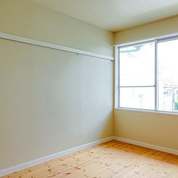 LDKは約11帖。窓側はウッドフレームの布製ソファとローテーブルでリビングスペースに。(※写真は2階の同間取り別部屋のものです)