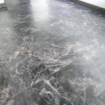 床は大理石のような模様のクッションフロア。シックなインテリアで合わせたい。