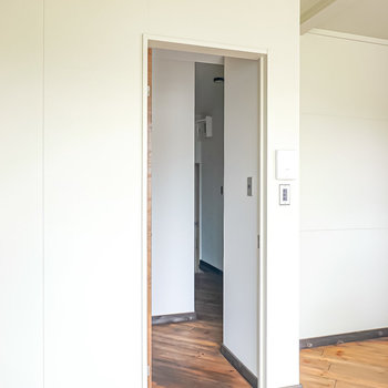 廊下に出ると正面に壁があり、右側にその他の部屋へのドアが。