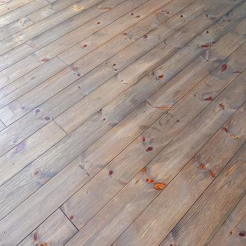 床は斜め張りの杉材の無垢床。斜めに張ることで、お部屋がより広く見えるのだとか。