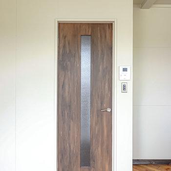 廊下へのドアもアンティークな雰囲気で素敵。