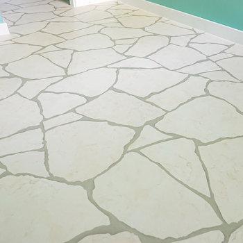 床は石畳のような柄のクッションフロア。可愛らしいインテリアがよく合います。