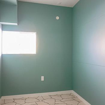 洋室は約5帖とコンパクト。シングルベッドとデスクを置いて書斎兼寝室に。