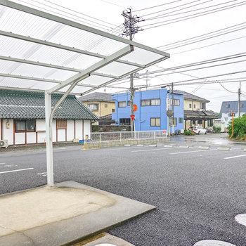 建物の前面は敷地内の駐車場。