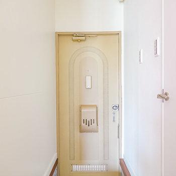 玄関には靴箱がありませんので、床の色に馴染むスリムな靴箱があると良いかも。
