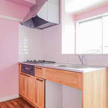 壁の向こうには明るい色合いの無垢材を使ったキッチン。木目の表情が美しい。(※写真は1階の同間取り別部屋のものです)