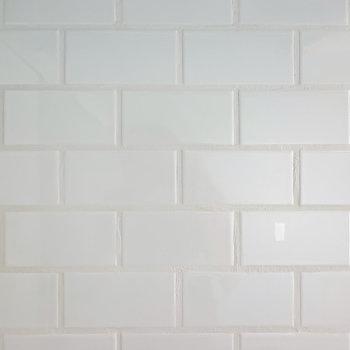 キッチンの壁は白い目地材で貼られたタイル。タイルも本物なので掃除もしやすい◎(※写真は1階の同間取り別部屋のものです)