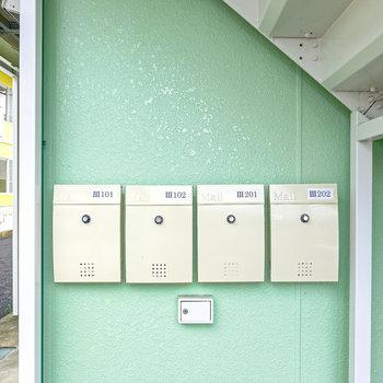 シンプルで素敵なデザインのメールボックスは1階階段下に。