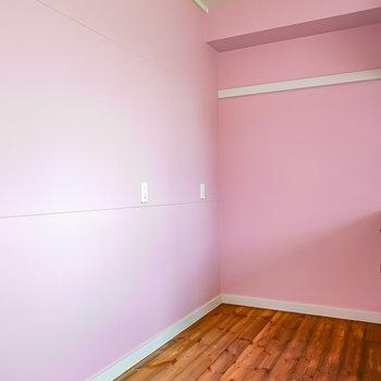 背面側のスペースもたっぷりあり、キッチン家電の置き場には困らなさそう。LDから続く無垢床が印象的。(※写真は1階の同間取り別部屋のものです)