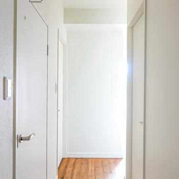 玄関側から見て左手がトイレと脱衣所、右手が洋室。(※写真は1階の同間取り別部屋のものです)