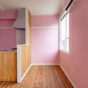 対面側を。キッチンの前はアンティークのテーブルを置いてダイニングに。(※写真は1階の同間取り別部屋のものです)