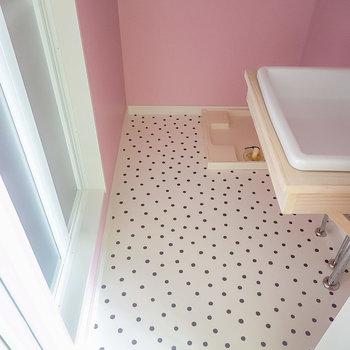 脱衣所に入って正面奥に洗濯機置場、右手に洗面台、左手に浴室。脱衣スペースもたっぷりと。(※写真は1階の同間取り別部屋のものです)