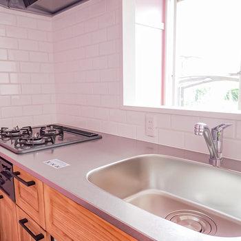 ワークトップは広く、一人暮らしでも快適に自炊ができます。(※写真は1階の同間取り別部屋のものです)
