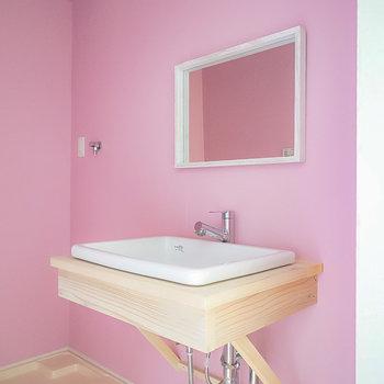 洗面台は壁掛けの鏡にシンクを合わせた、無駄を排したデザイン。(※写真は1階の同間取り別部屋のものです)