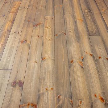 床は杉材の無垢床。アンティークの家具が合わせやすい風合いのある色味。(※写真は1階の同間取り別部屋のものです)