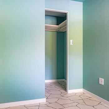 反対側を。廊下へのドアの横にはウォークインクローゼットが。(※写真は1階の同間取り別部屋のものです)