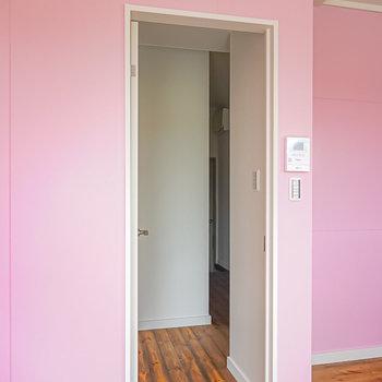 廊下に出ると正面に壁があり、右側にその他の部屋へのドアが。(※写真は1階の同間取り別部屋のものです)